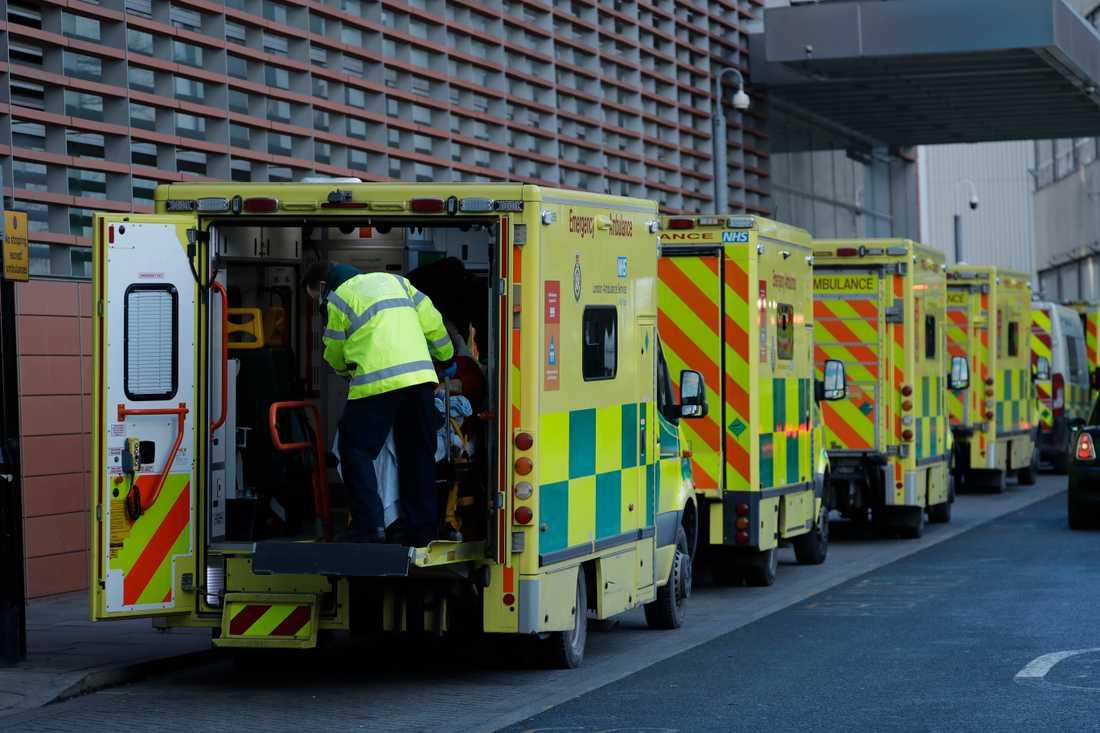 Fler än 100000 människor har dött i Storbritannien i samband med att de smittats av covid-19. Här anländer en patient till ett sjukhus i östra London i måndags.