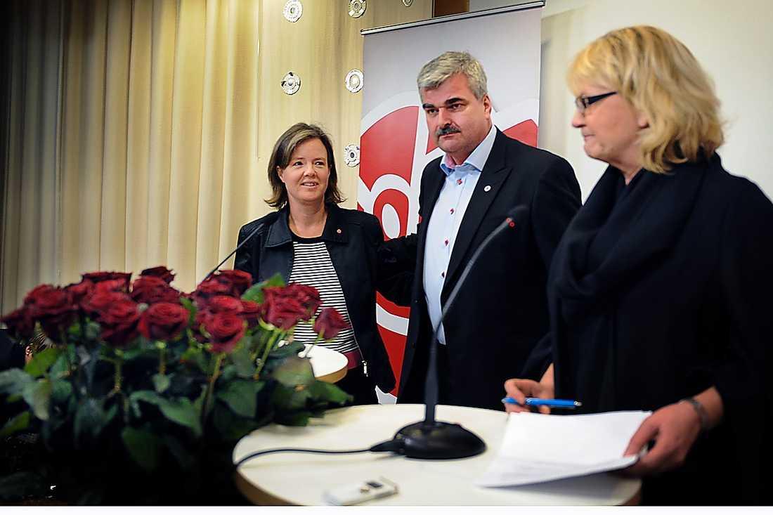 TEAMET SOM SKA RÄDDA S Den 10 mars presenterar Berit Andnor (t h) Håkan Juholt som valberednings förslag till ny S-ledare och Carin Jämtin som partisekreterare.