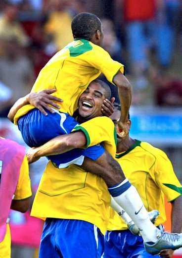 BRASSEJUBEL Robinho och Adriano jublar - Brasilien är klart för final i Confederation Cup.