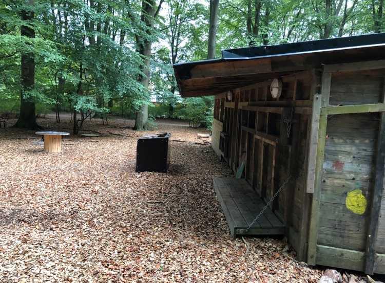 """Här, på baksidan av """"Vindskyddet"""", går numera eleverna i """"Stubben"""" i skolan."""