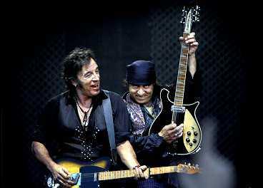 """ny fantastisk show Bruce Springsteen och Little Steven överträffar sig själva med en ännu bättre konsert på Ullevi. De gör nio nya låtar med det efterlängtade """"Detroit-medleyt"""" som en av höjdpunkterna."""