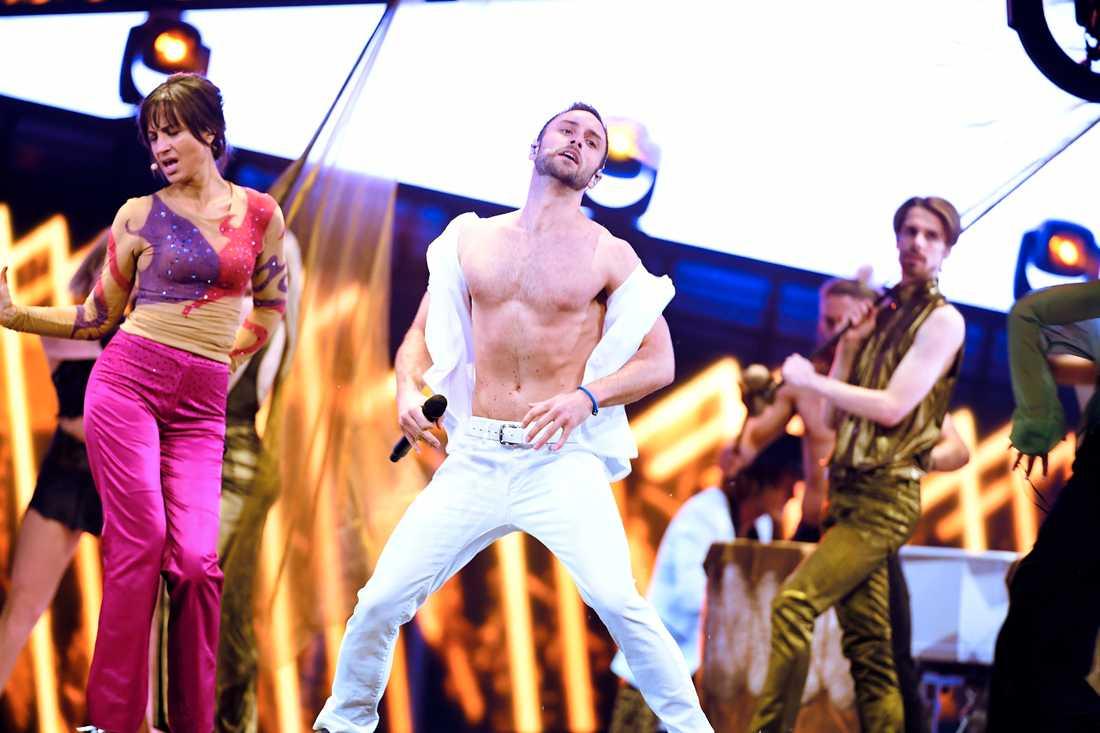 Petra Mede och Måns Zelmerlöw på scenen under Eurovision song contest i Stockholm 2016.