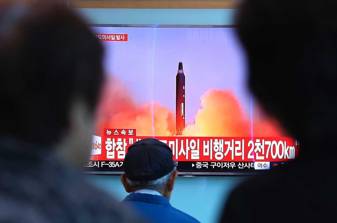 """En tv i Sydkorea visar hur den ballistiska roboten avfyrades. På skylten kan man läsa """"Nordkoreas missil flög 2700 kilometer""""."""