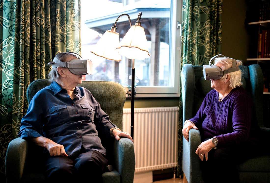 Maj-Britt Carlsson och Anne-Marie Engström får testa på VR-teknik.