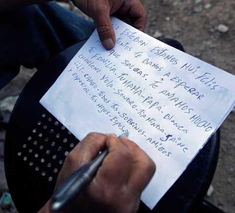 """Sandro Rojas skriver ett brev till sin bror, Esteban Rojas Carrizo. """"Hej Esteban. Vi är väldigt lyckliga och content, vi väntar här till ni kommer ut. Vi älskar er väldigt mycket, din familj, pappa-mamma-Blanca Charlemo-Yola-Sandro-Minda-Jaime-Lili-Chago- Alla dina syskonbarn, vänner, och särskilt dina barn och din fru."""
