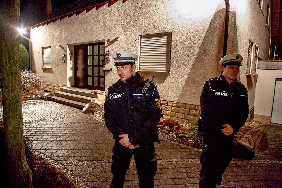 Ett stort polisuppbåd bevakar huset där andrepiloten Andreas Lubitz, 28, bodde tillsammans med sina föräldrar.