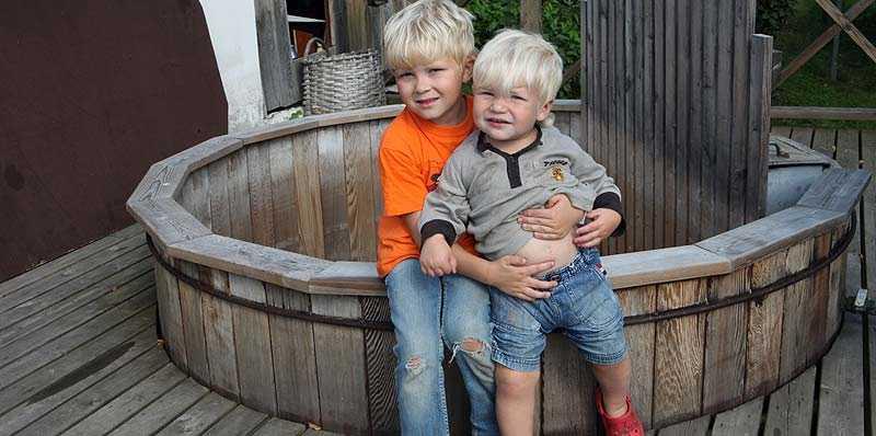 RÄDDADE LILLEBROR Hampus Adolfsson, 5, förstod direkt att lillebror Ludvig, 18 månader, behövde hjälp när han låg livlös i badtunnan. Han tog ett stadigt tag om Ludvig och lyckades dra upp honom.
