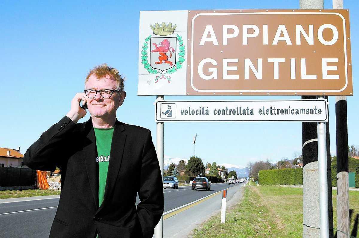 Lasse Anrell på väg till Inters träningsanläggning i Appiano Gentile.