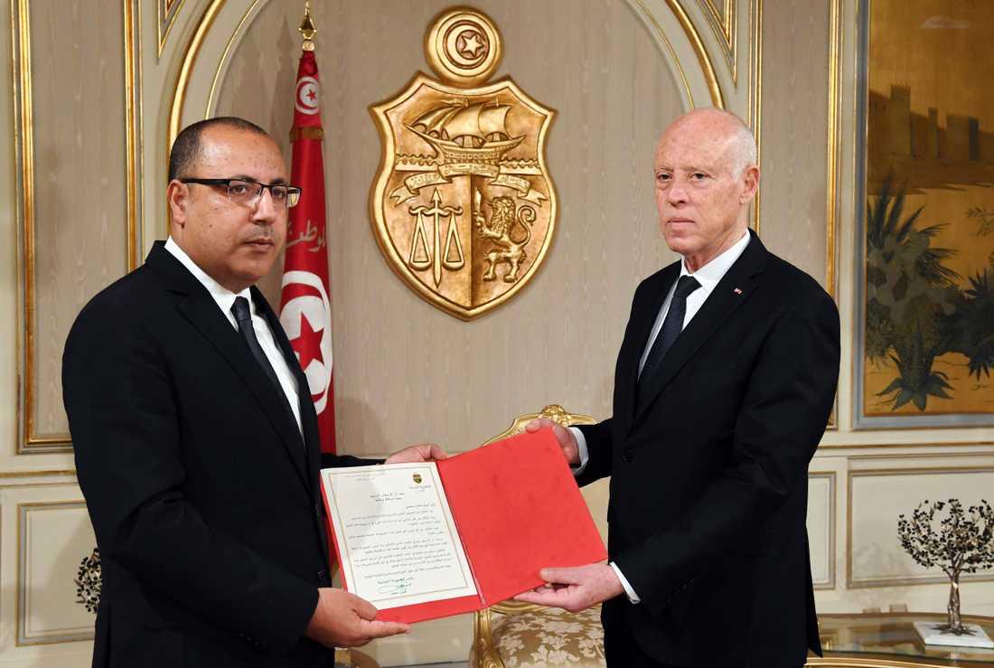 Tunisiens president Kaïs Saïed, till höger, utser Hichem Mechichi till ny premiärminister den 25 juli. Arkivbild.