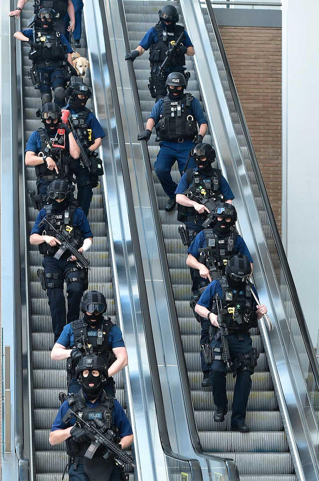 Polisuppbåd dagen efter attacken vid London Bridge.