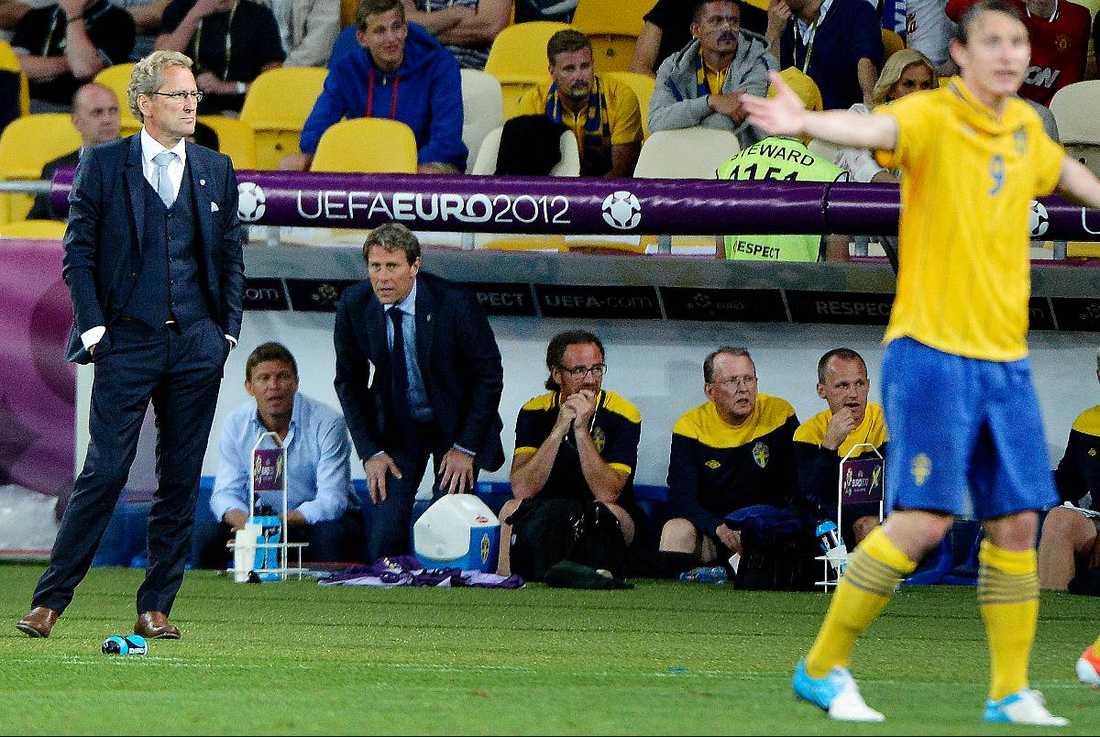 UPPGIVET  Erik Hamrén tittar med tom blick och Kim Källström slår ut med armarna i en uppgivet gest. Förlusten mot England skickade Sverige ut ur EM – avslutningsmatchen mot Frankrike blir betydelselös för de blågula.