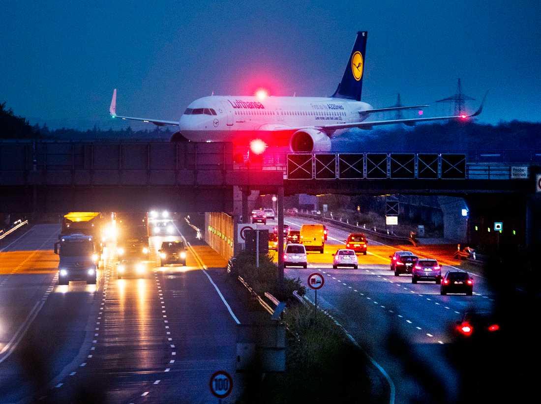 Säkerhetspersonal på tyska flygplatser går ut i strejk i dag. Arkivbild.