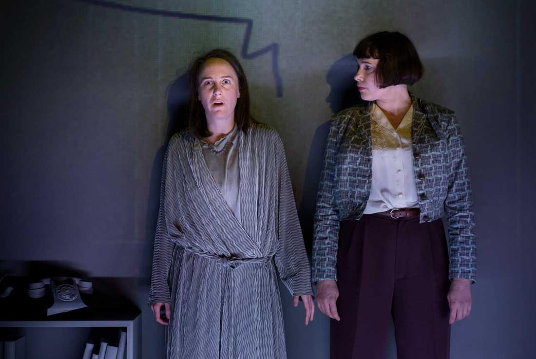 """Maria Zakrisson Mortensson och Sara Turpin som Margot Hanel och Karin Boye i """"Nakna som foster och gudar"""" på Folkteatern i Göteborg."""