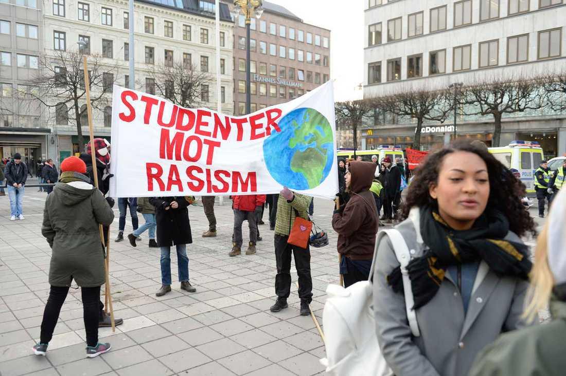 Motdemonstranter har samlats på Norrmalmstorg i Stockholm.