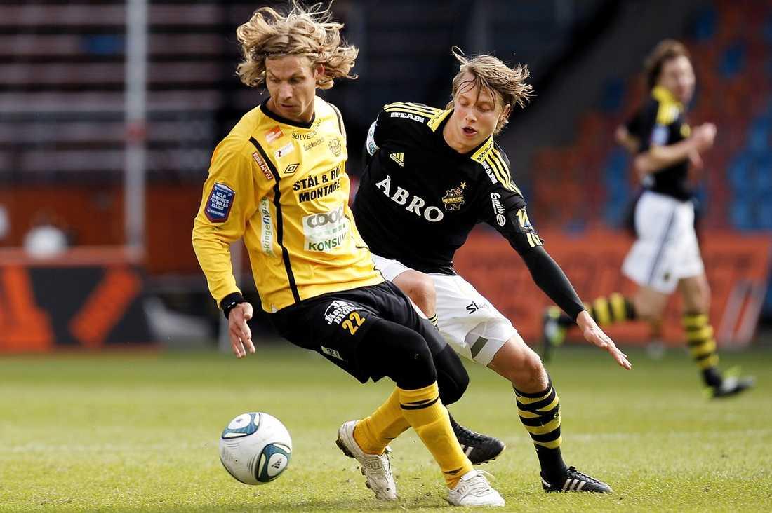 Dominerade bollinnehavet Tobias Grahns Mjällby var spelmässigt dominanta i första halvlek, men trots det ledde AIK med 2–0 i paus.