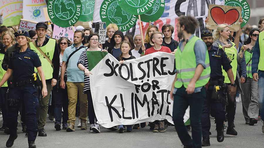 Nu vänder vi oss till arbetsgivarna. I den mån ni kan, tillåt era anställda att manifestera för klimatet den här veckan, skriver 17 skolstrejkande ungdomar från Fridays for future Sverige.