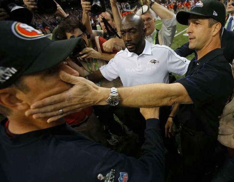 Jim Harbaugh får sig en handpåläggning av storebror John, efter Baltimores seger. Foto: Reuters, AP, AFP, Getty