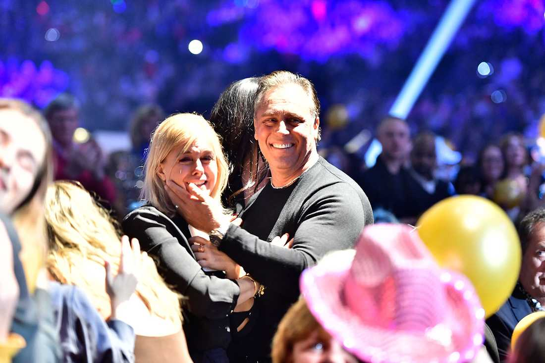 Pernilla Wahlgren och Emilio Ingrosso kramas.