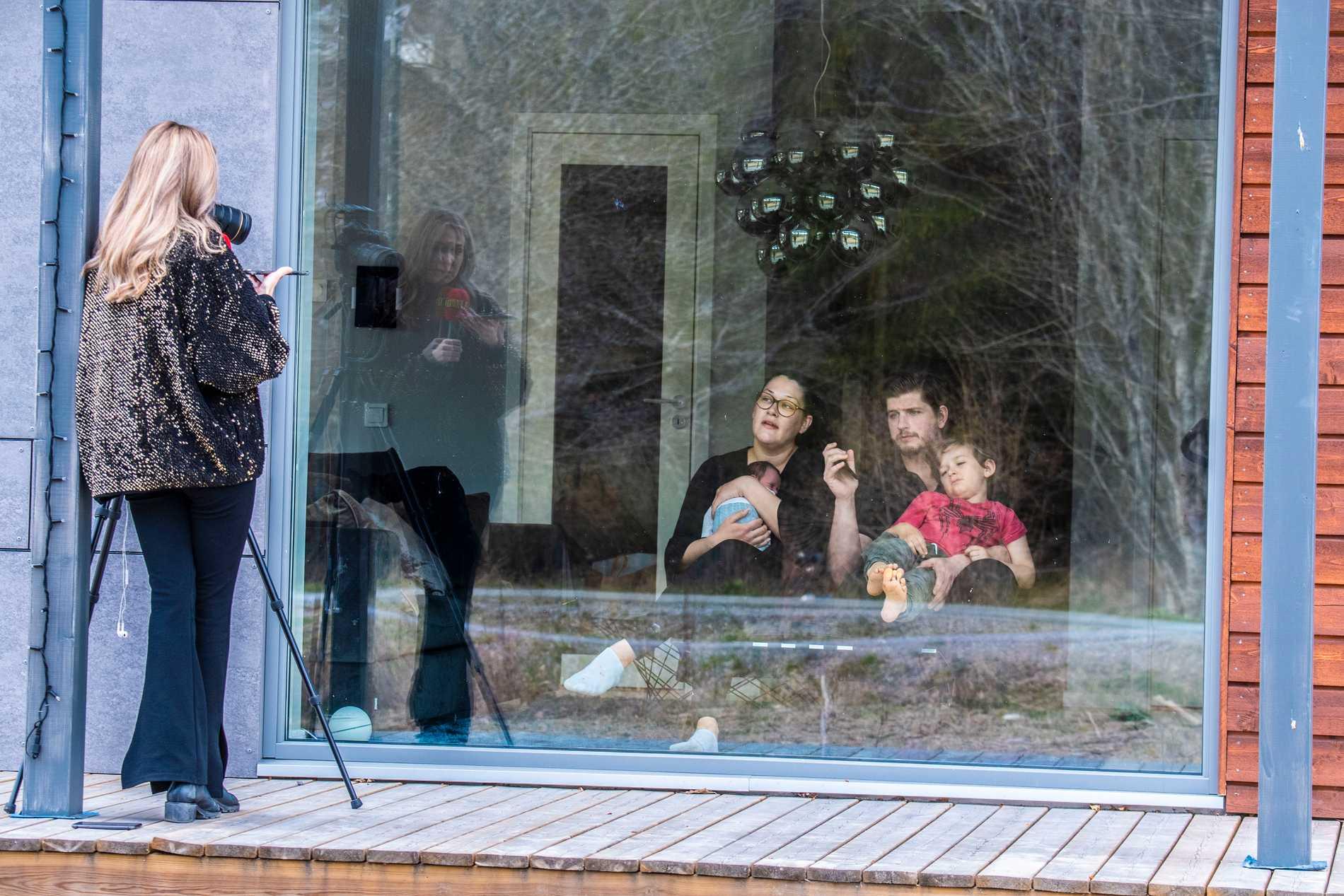 """""""Det är som att vi är på ett zoo, släkten kommer hit och tittar på henne genom fönstret"""", säger Schyler när Aftonbladet träffar familjen."""