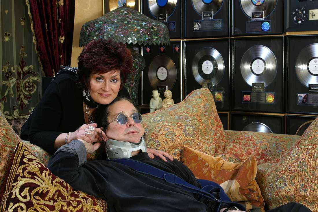 Ozzy och Sharon poserar i sitt ombonade kuddrum i Buckinghamshire innan översvämningen.