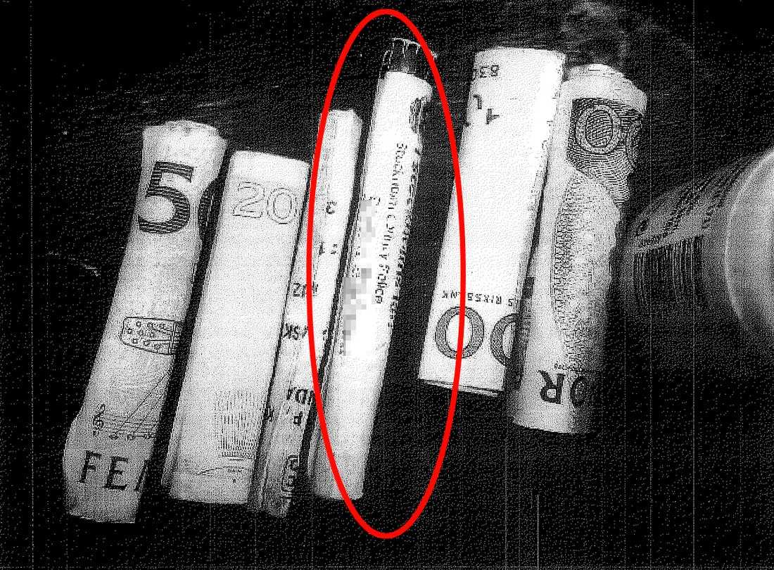 I popartistens väska hittade polisen flera snortrör. På dem fanns vita pulverrester, som visade sig vara kokain.