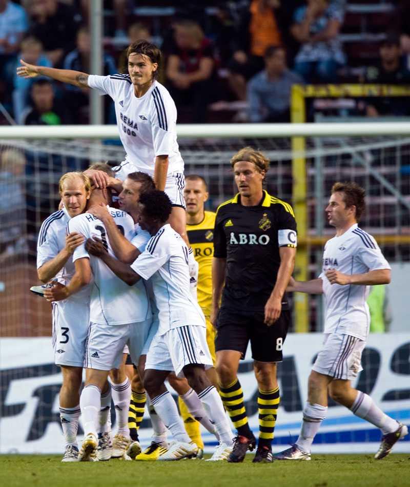 Rosenborgs Markus Henriksen kramas om av lagkompisarna, bland dem Mikael Dorsin, efter att ha gjort matchens enda mål mot AIK. Högst upp Mikael Lustig.