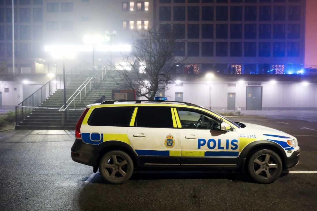 Polisen vid platsen för explosionen.