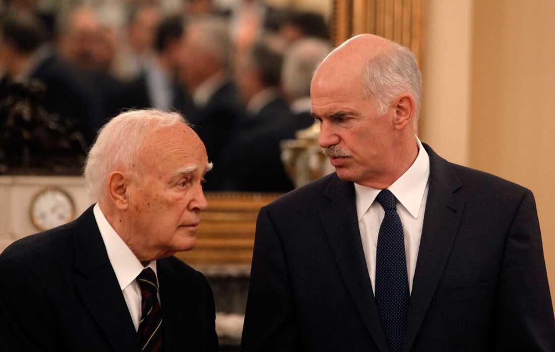 Greklands president Karolos Papoulias tillsammans med premiärminister Giorgos Papandreou vid ett annat tillfälle.