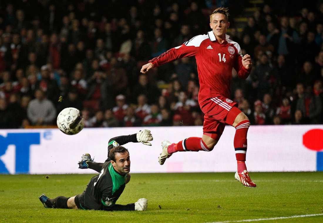 Nicki Bille Nielsen gör mål mot Maltas målvakt Justin Haber.