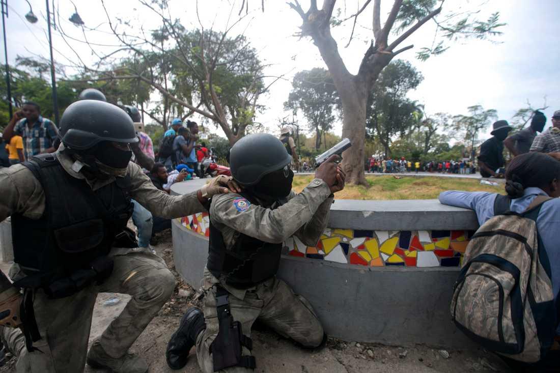 Eldstriderna mellan poliser och soldater pågick i åtminstone två timmar.