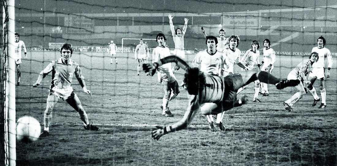 Jan-Ove Kindvall (vid målvaktens ben) sätter 2-0 mot Dynamo Kiev. Plötsligt är lilla Malmö FF i kvartsfinal!