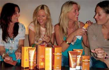 Sanna Fischer, Sofi Fahrman, Caroline Bergström och Tove Norström tesade brun-utan-sol-krämer.