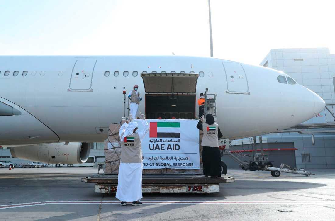 Flygplanet under lastning i Abu Dhabi på tisdagen.