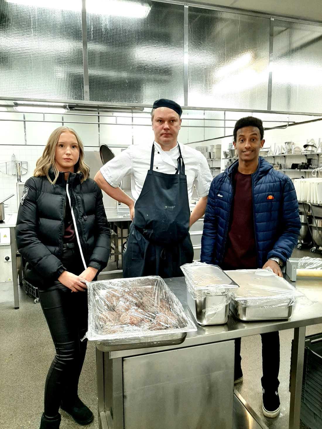Alva, Mio och Evenezer tillsammans med Fredrik som är kock på Aros Congress Center.