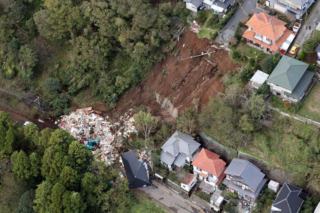 Ett hus har smulats sönder av ett jordskred i Chiba, öster om Tokyo.