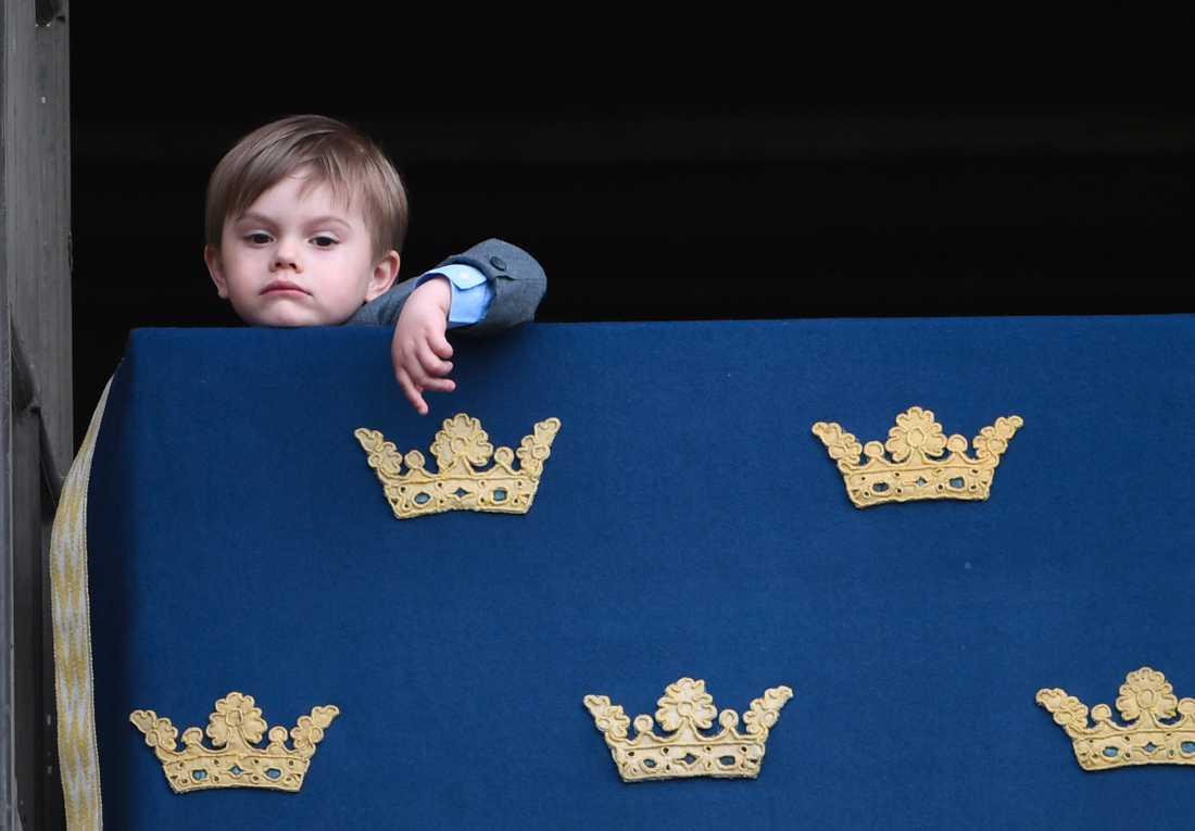 Prins Oscar såg inte jätteglad ut under den traditionsenliga balkongvinkningen från Stockholms slott.