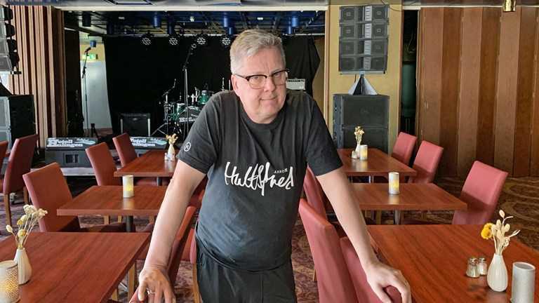 Putte Svensson Sahlin såg sin Hultsfredsfestival gå omkull. Nu kan hotellet han driver gå samma öde till mötes.