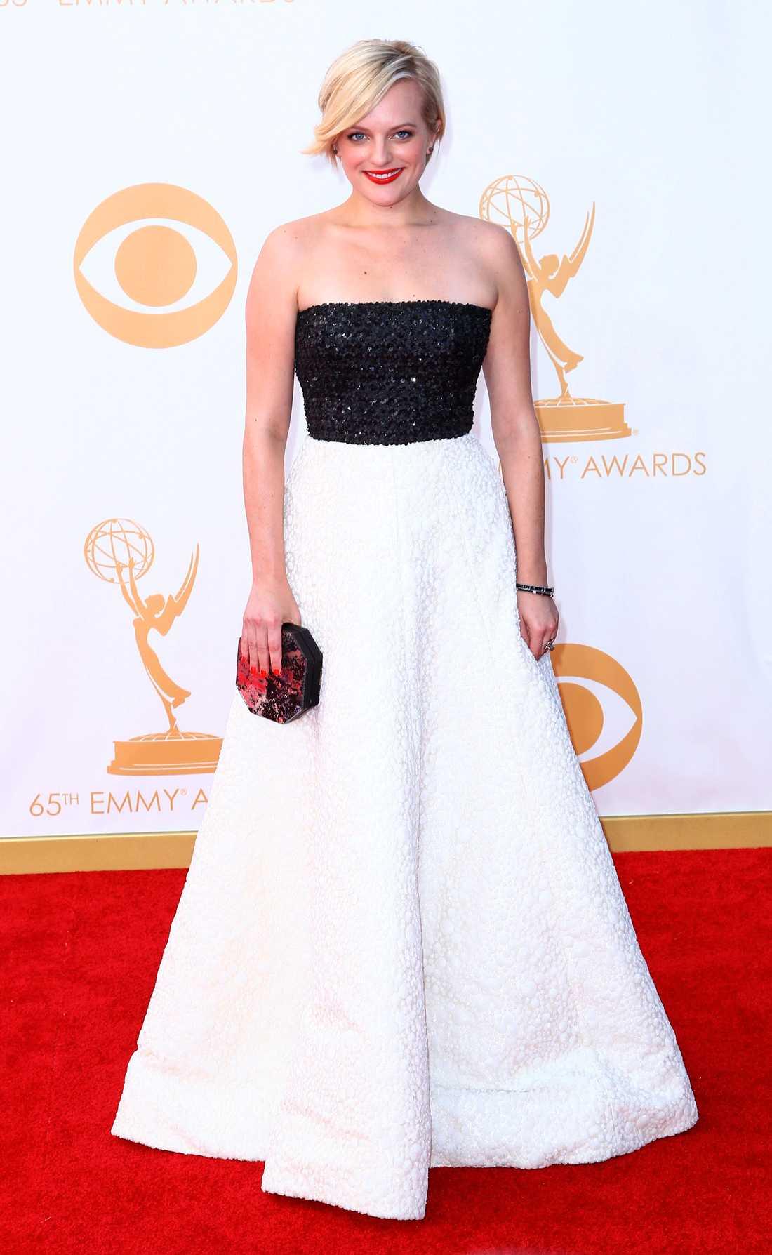 Elisabeth Moss Röda läppar till svartvit klänning från Andrew Gn var pricken över i på Elisabeth Moss.
