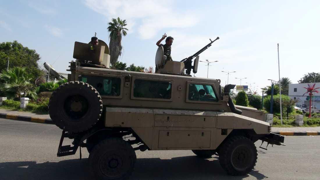 Militärer lojala mot Jemens president Abd Rabbu Mansur Hadi syns i staden Aden.