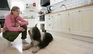 Trivsamt och rymligt Maria Rudén och hunden Laura myser gärna i sitt ljusa kök.
