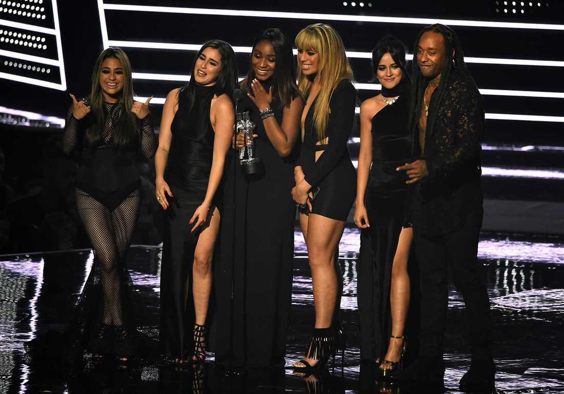 Fifth Harmony utgörs av (från vänster) Ally Brooke, Lauren Jauregui, Normani Hamilton, Dinah Jane Hansen och Camila Cabello. Till höger rapparen Ty Dolla $ign.