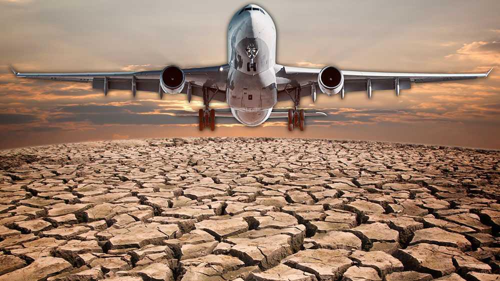De flesta riksdagspartier stoltserar idag med en progressiv klimatpolitik, samtidigt som det statliga flygplatsbolaget rustar för en markant ökning av flyget. Hur går det ihop, undrar debattörerna. Bilden är ett montage.