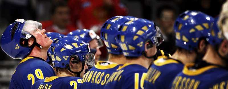 KENNY BLICKAR VIDARE Utslagen i VM-semifinalen mot Kanada i går (1–3), men för kaptenen Kenny Jönsson väntar ett nytt uppdrag om drygt nio månader – OS i Vancouver. Bara fem spelare från VM-truppen platsar i Mats Wennerholms OS-trupp.