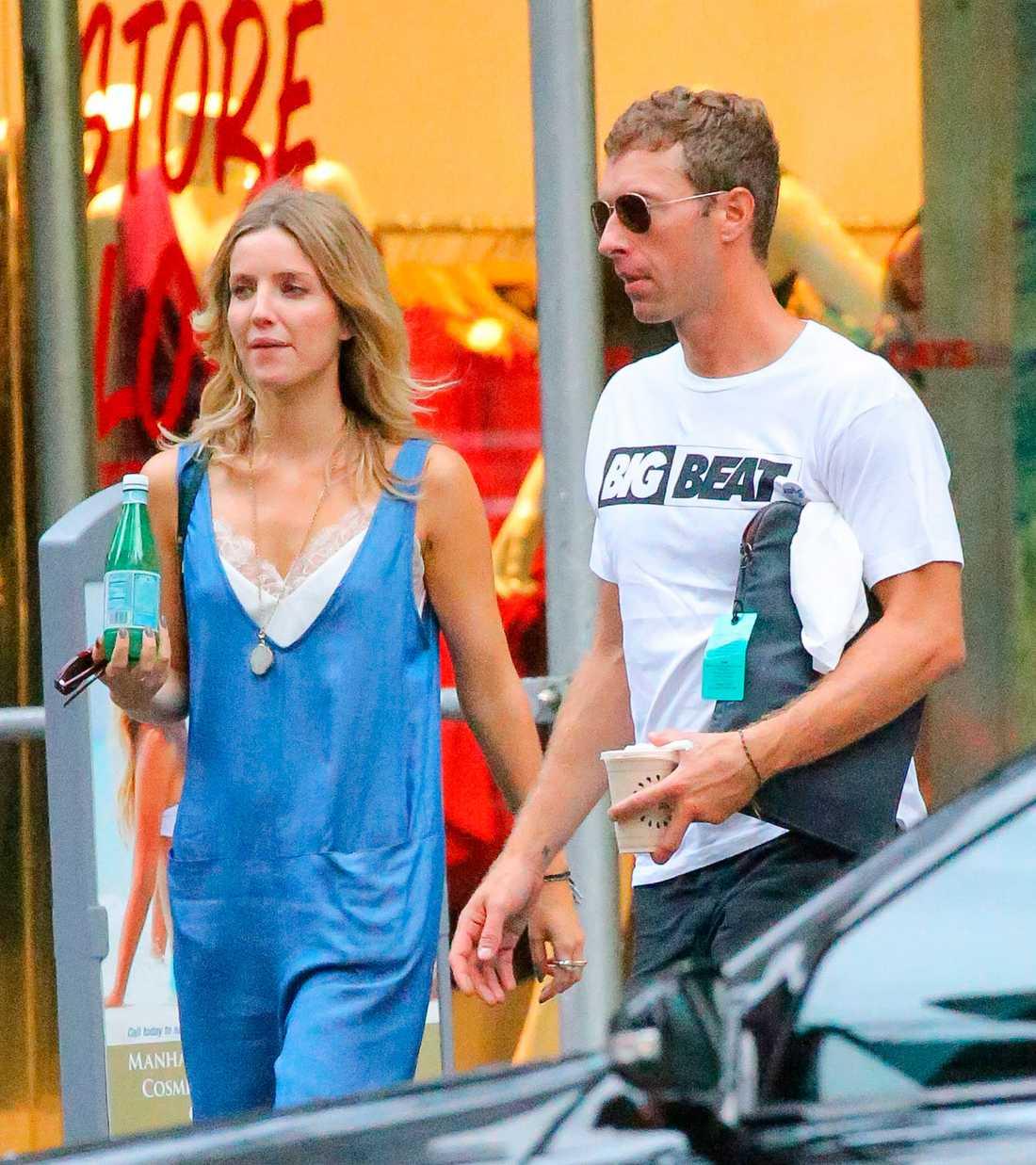 Coldplay-sångaren såg  ut att ha det mysigt i New York ihop med brittiska skådisen Annabelle Wallis.