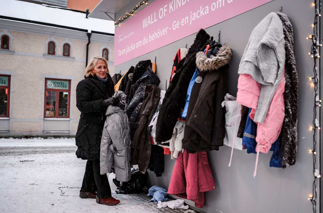 """Maria: """"Man måste tänka på andra inte bara på sig själv. Det här tycker jag var ett bra initiativ så jag vill hjälpa till. Men jag brukar skänka kläder annars med till andra organisationer""""."""