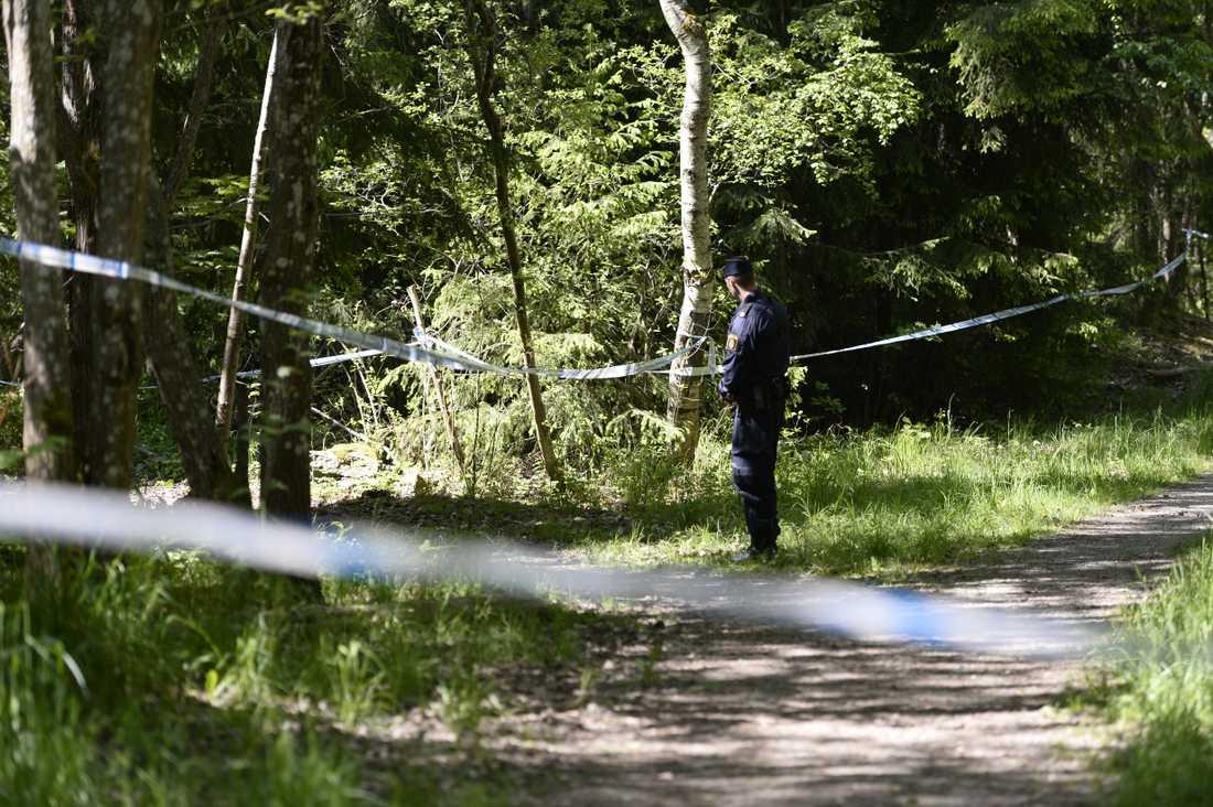 Polisavspärrningar på platsen där kvinnans kropp hittades i maj 2016. Arkivbild.