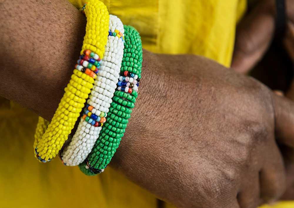 MODE: STARKA FÄRGER Färgglada massajsmycken och kläder med fantasifulla mönster. Försäljningen blomstrar för butiker med kläder, prylar och accessoarer från olika länder i Afrika. En av dem är Colours of Africa på Södermalm i Stockholm. – Försäljningen har gått upp med nästan tio procent de senaste två åren. Jag tror att det beror på att många reser runt och vill prova nya saker. Folk vågar bära upp mer mönster och starkare färger och det är väldigt roligt, säger Funmi Peters, som driver butiken. De influenserna syns även i de europeiska modehusen. – De stora kedjorna apar efter och knycker idéer. Men själv är jag emot massproduktion till hundra procent. Det är inte människovärdigt, säger Cay Bond, modeexpert.