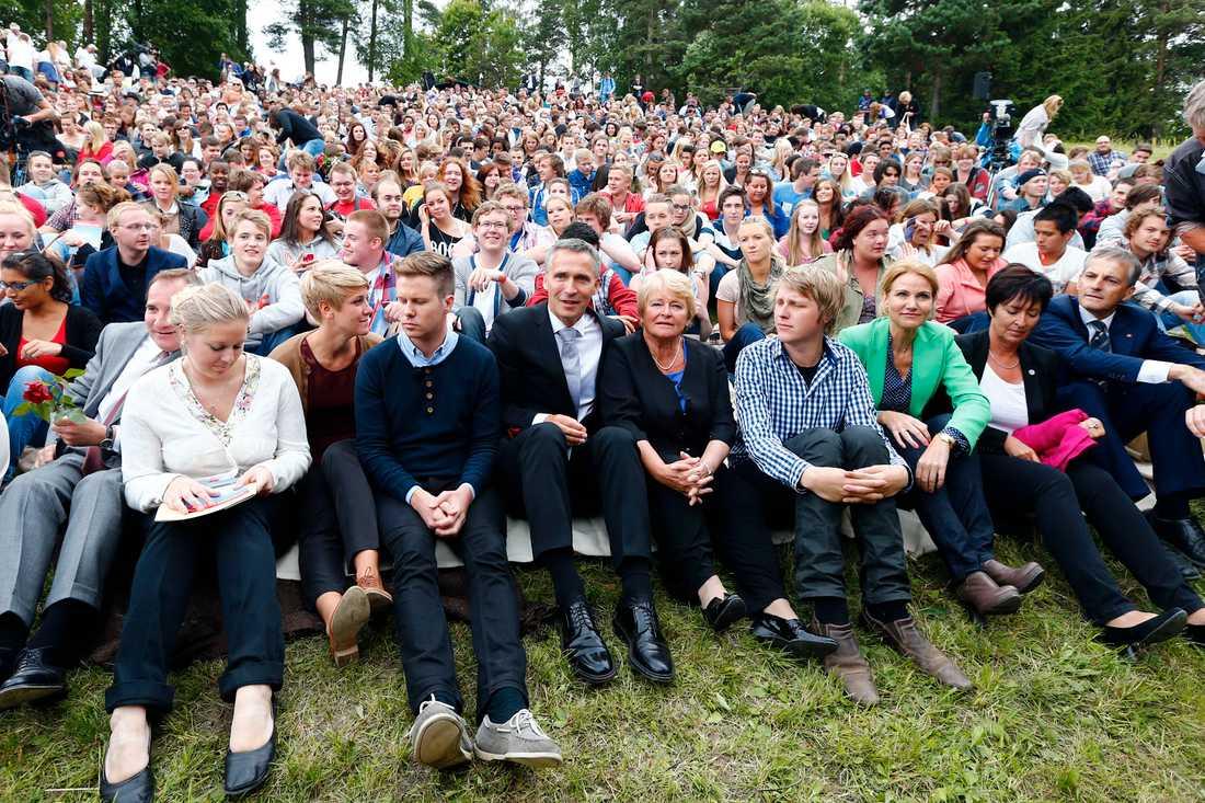 Stefan Löfven och Mona Sahlin på plats på Utøya tillsammans med Jens Stoltenberg, Gro Harlem Brundtland och medlemmar ur AUF.