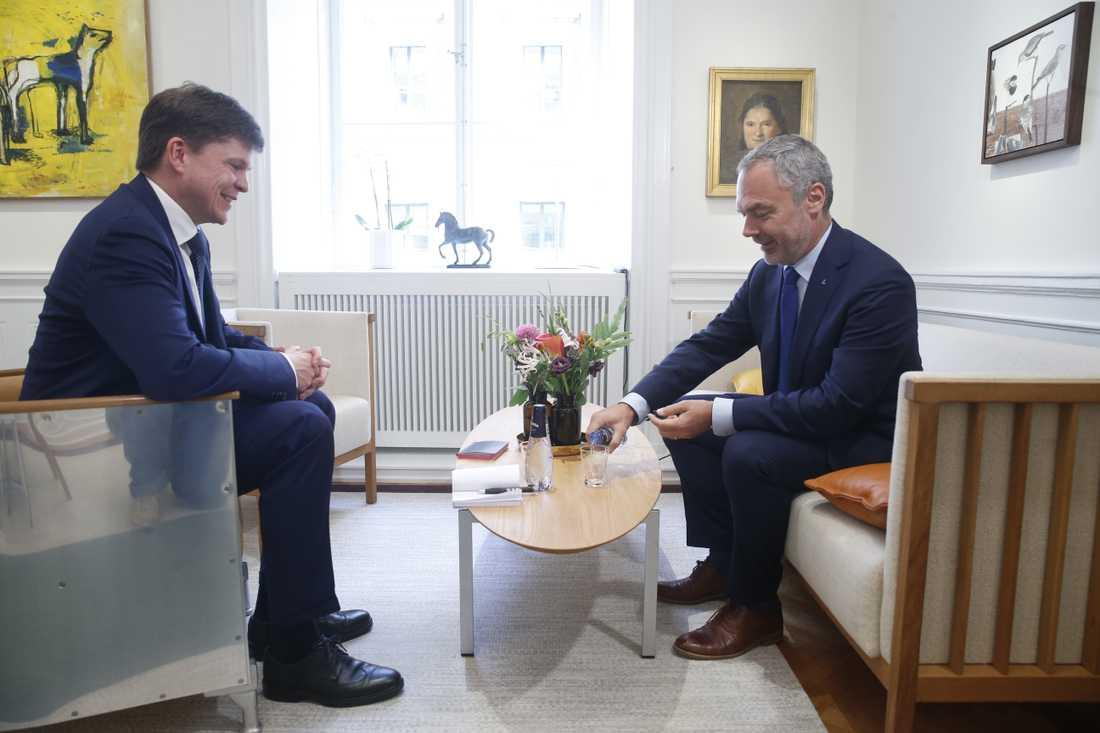 Riksdagens talman Andreas Norlén träffar Liberalernas partiledare Jan Björklund (L) under den andra talmansrundan. Arkivbild.