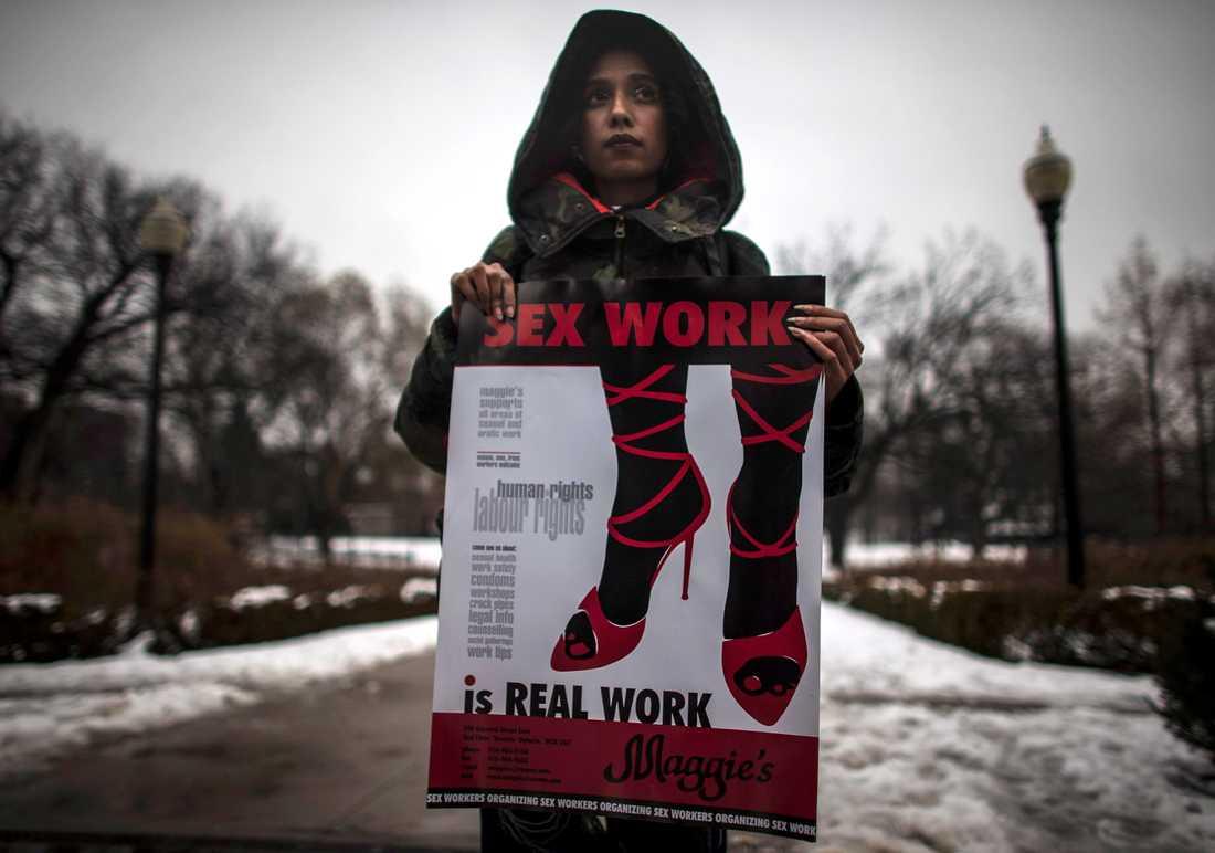Överallt i världen kräver sexarbetare skydd och rättigheter, menar Petra Östergren. Här protesterar en kvinna i Canada för legaliserad prostitution.